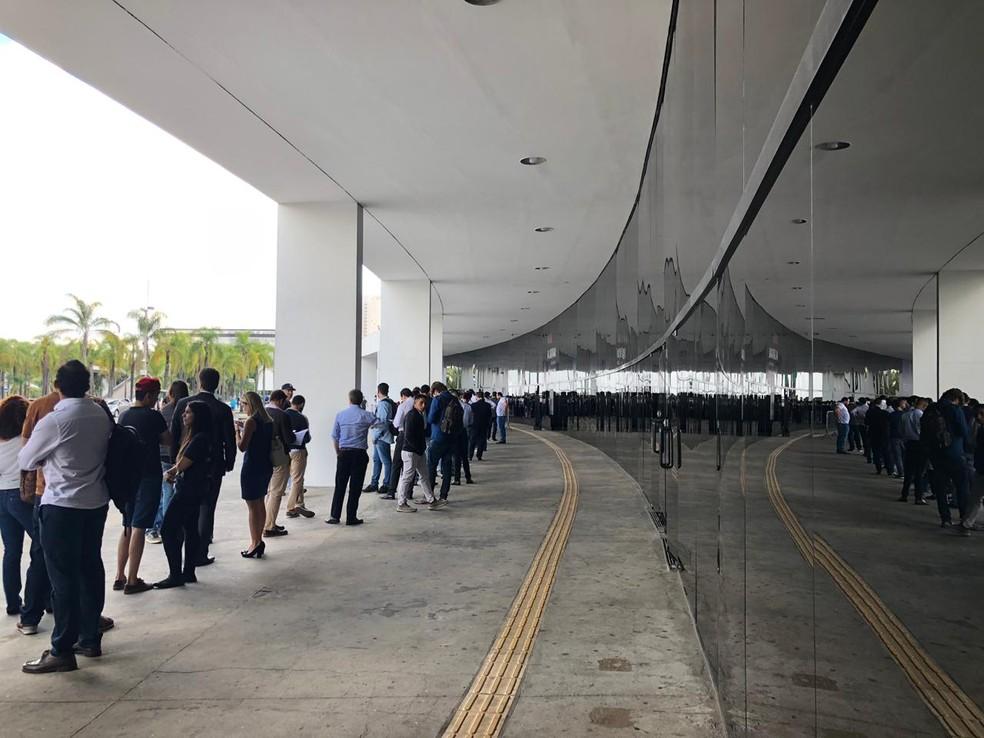 Torcedores encaram fila para retirar ingresso em São Paulo — Foto: Ana Canhedo