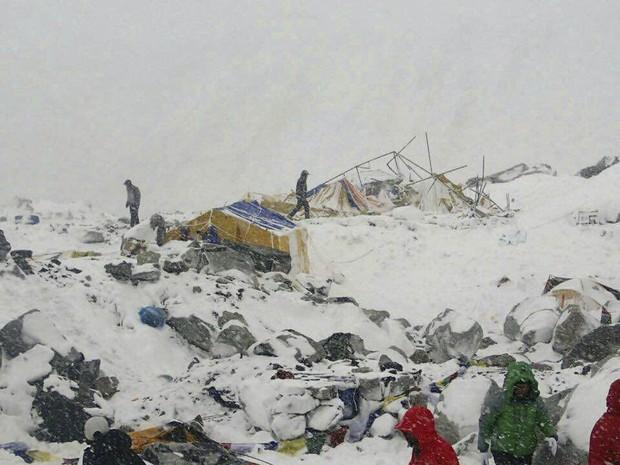Terremoto provocou avalanche no monte Everest (Foto: Azim Afif via AP)