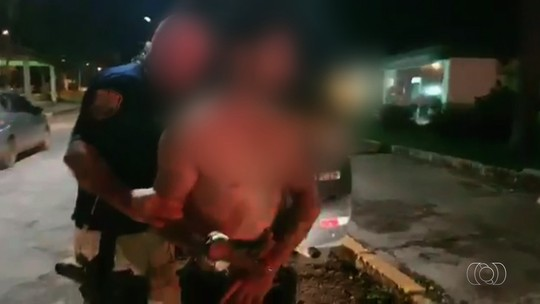 Após mostrar partes íntimas em posto, homem é flagrado dirigindo bêbado e tenta subornar policiais para evitar prisão