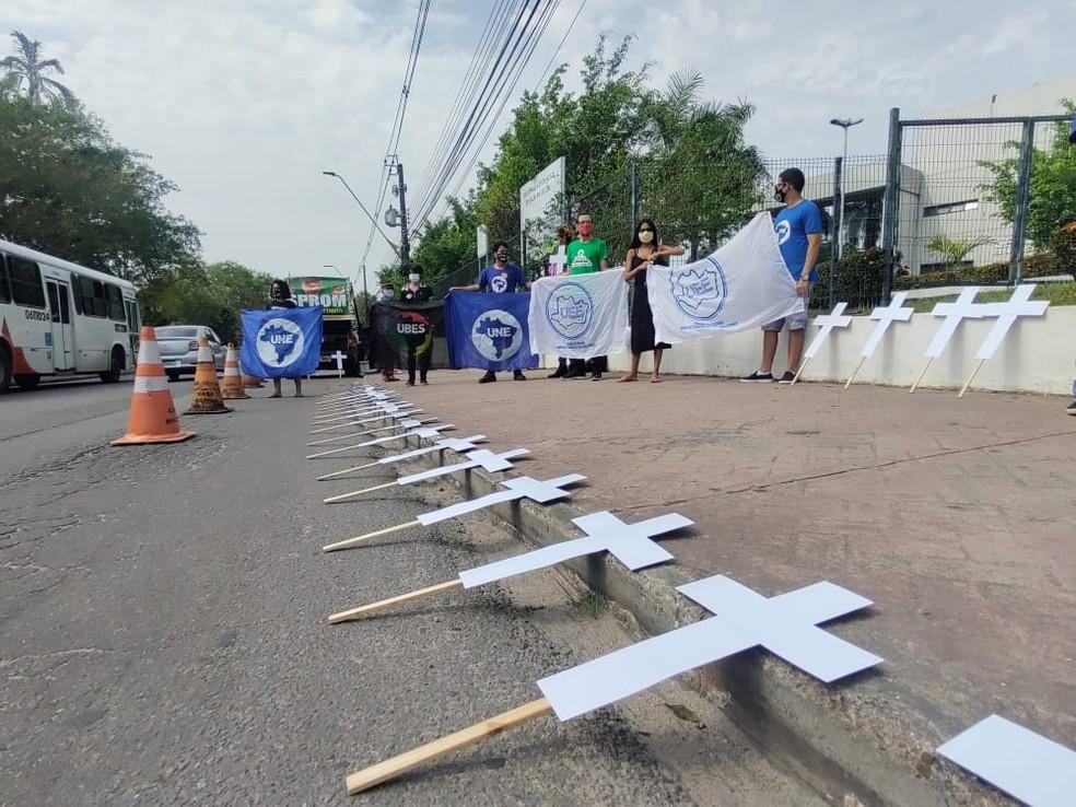Ato de professores e estudantes protestam contra retorno das aulas presencias. — Foto: Eliana Nascimento/G1 AM