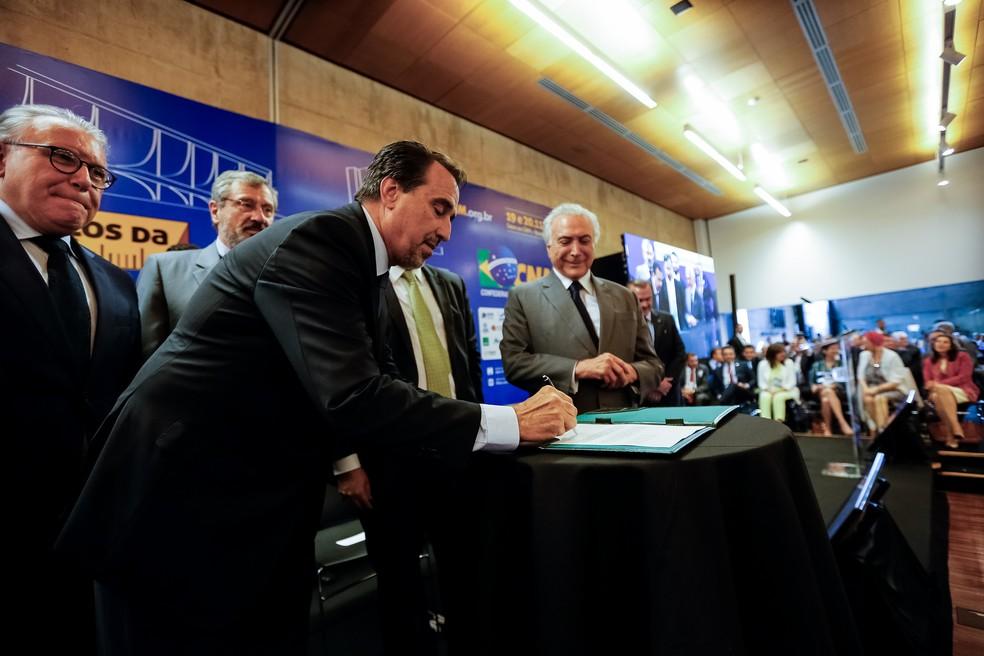 Ao lado de Temer, Gilberto Occhi assinou a ordem para a publicação do edital do Mais Médicos — Foto: Cesar Itiberê/PR