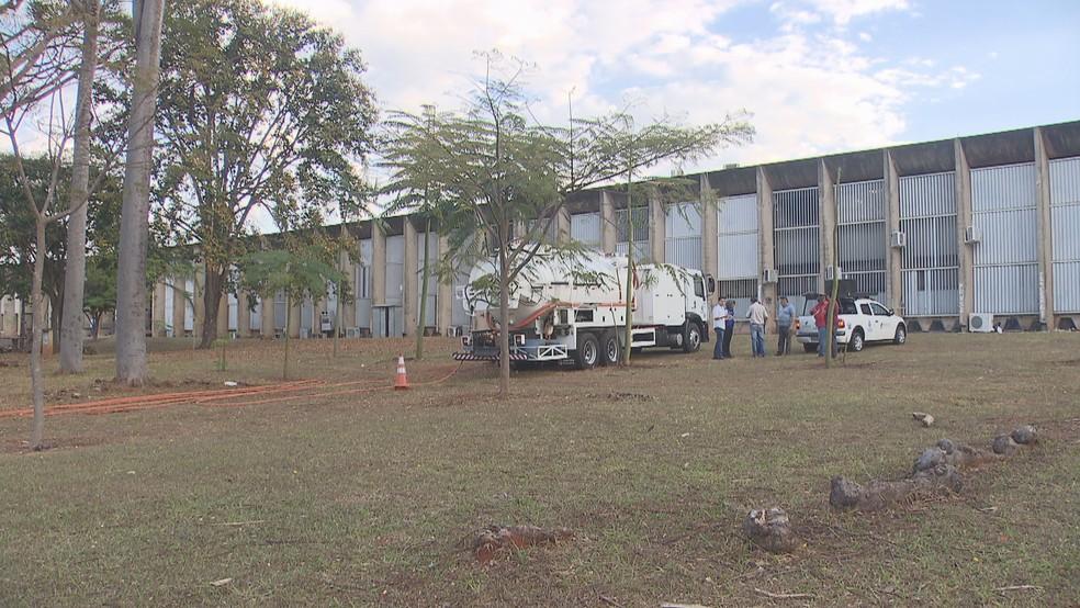 Técnicos da Caesb fazem inspeção na Universidade de Brasília (UnB) (Foto: TV Globo/Reprodução)
