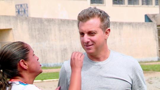 Cega, participante do 'Lar Doce Lar' reconhece Luciano Huck pelo nariz; vídeo