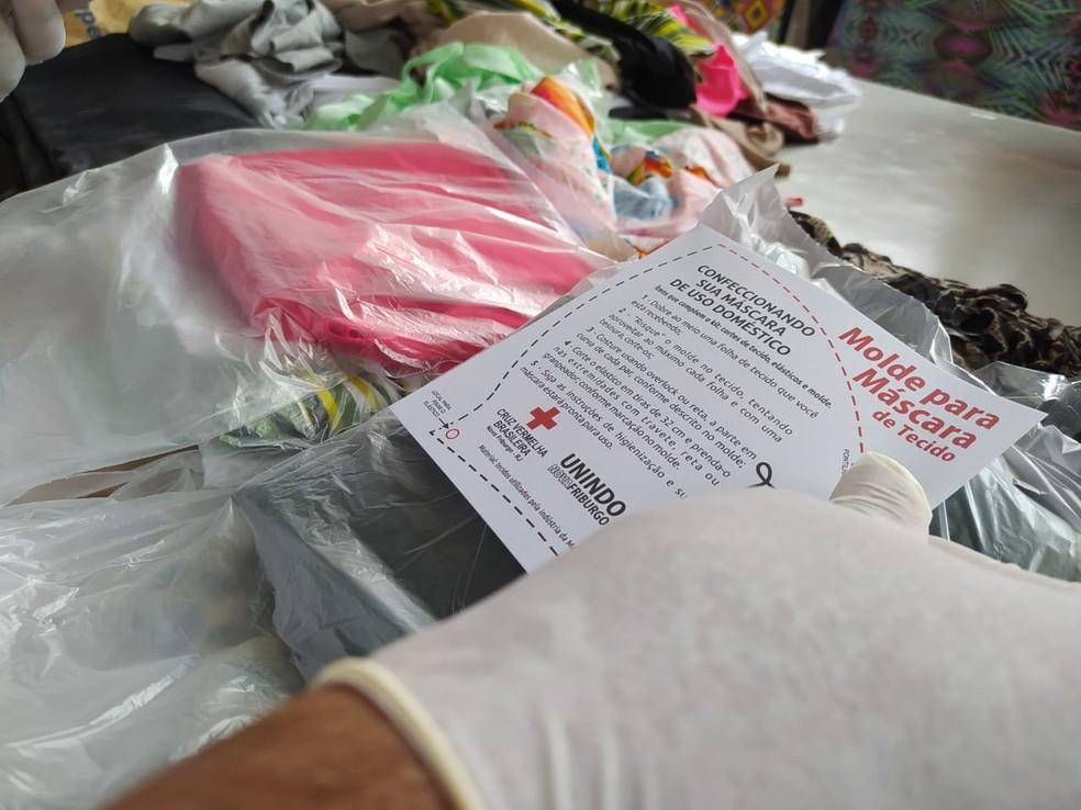 Projeto também distribui kits com moldes e materiais para população fazer máscaras de tecido em Nova Friburgo, no RJ — Foto: Ádison Ramos/Inter TV RJ