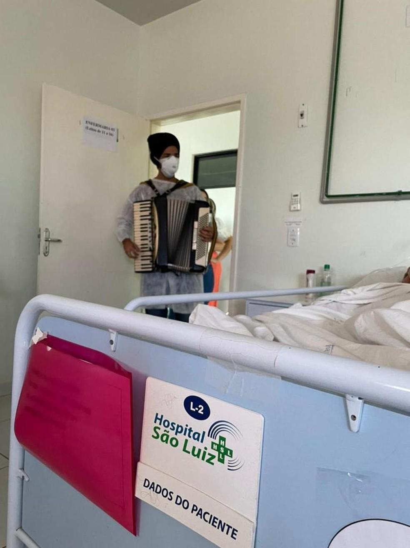 Músico toca para mães internadas com Covid-19 em hospital de Mossoró, no RN — Foto: Cedida