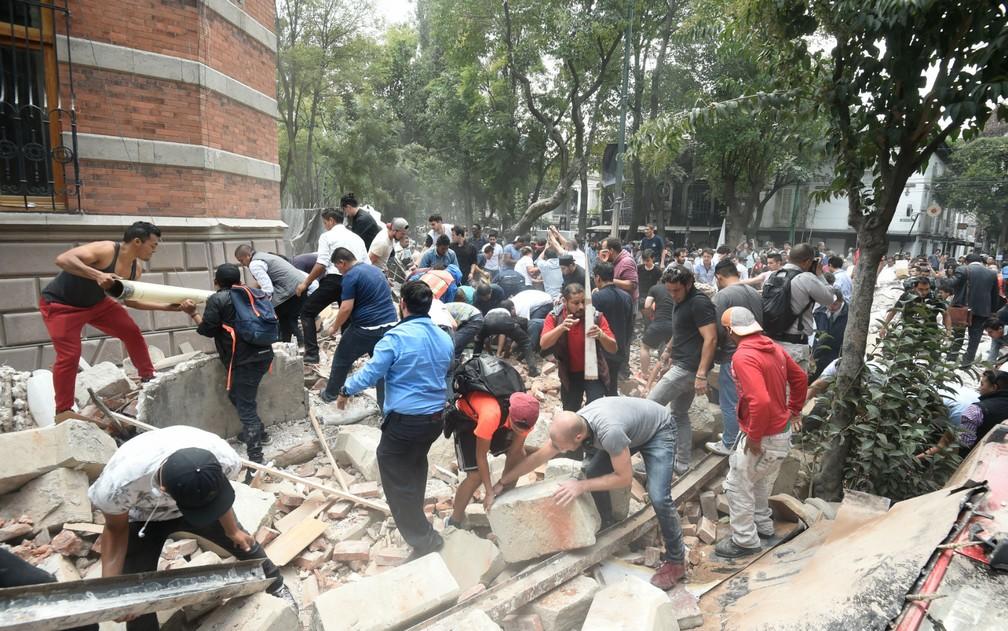 Moradores removem destroços de edifício danificado após terremoto atingir a Cidade do México nesta terça-feira, 19 de setembro de 2017 (Foto: Alfredo Estrella/AFP)