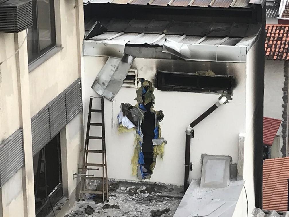 Parede foi quebrada durante o incêndio no Hospital Badim — Foto: Cristina Boeckel / G1