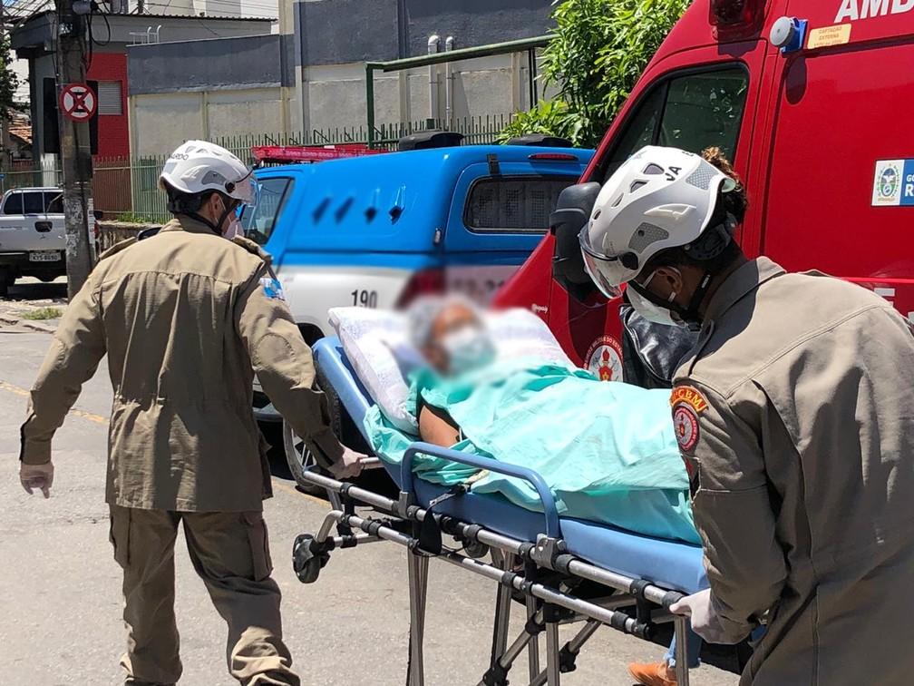 Paciente é transferida do Hospital Federal do Bonsucesso, atingido por um incêndio — Foto: Henrique Coelho/G1