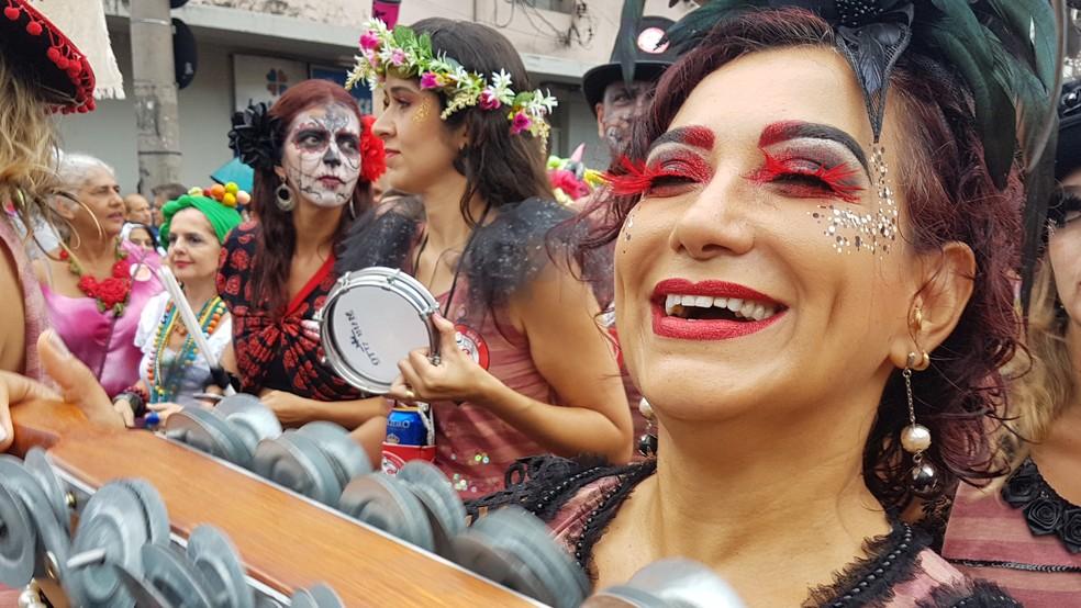 Unidos do Samba Queixinho se destaca pela força da sua bateria (Foto: Raquel Freitas/G1)