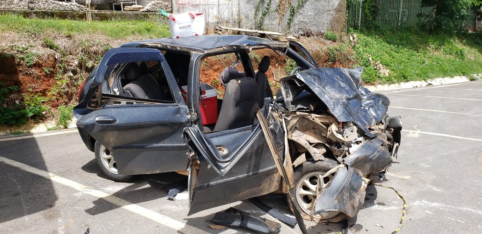 Jovens estavam em um carro com placas de Carmo da Mata; duas morreram — Foto: Edgar Rodrigues/Onda Oeste FM