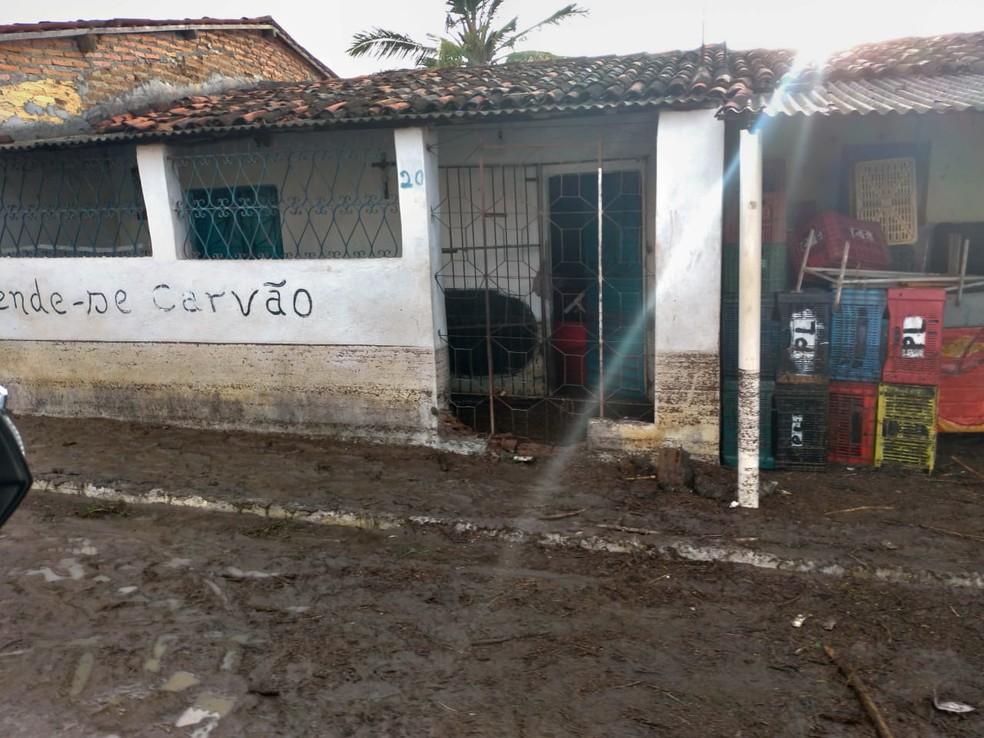 Situação da rua e da residência após chuvas em São Bento do Una — Foto: WhatsApp/ Divulgação