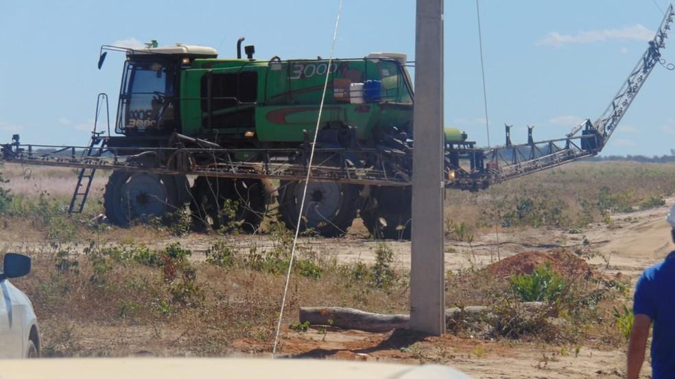 Fazendeiro morre eletrocutado após veículo pulverizador encostar em rede elétrica na Bahia  — Foto: Blogbraga/ Repórter Edivaldo Braga