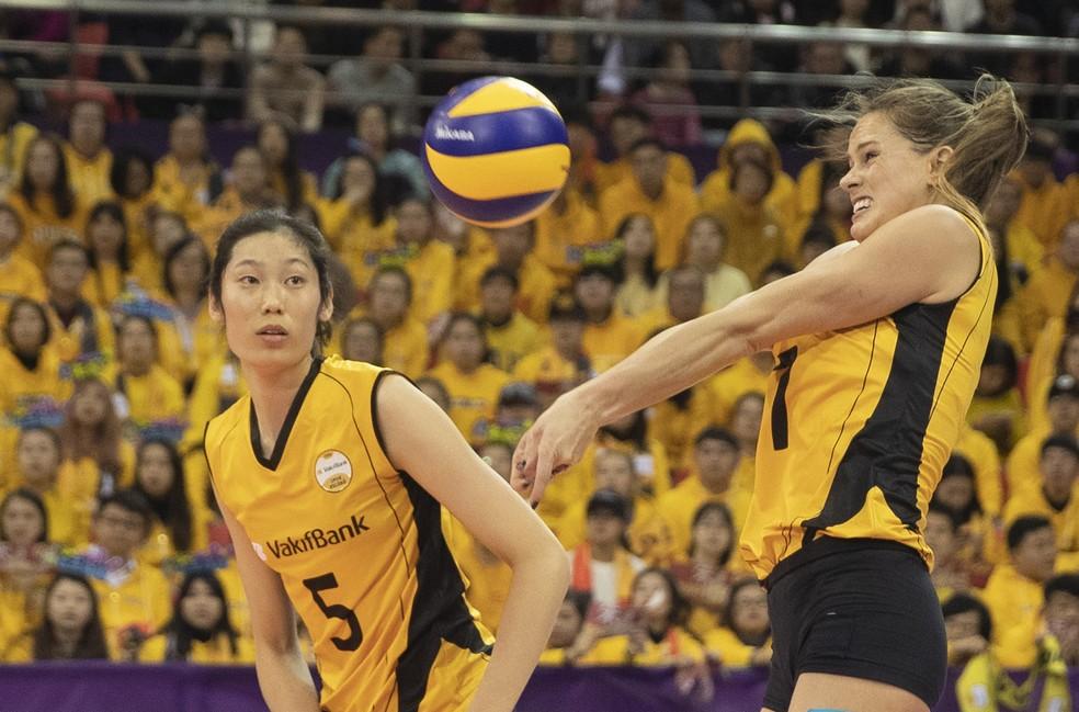 Oposta Ting Zhu e ponteira Kelsey foram as maiores pontuadoras do Istambul na partida — Foto: Divulgação FIVB