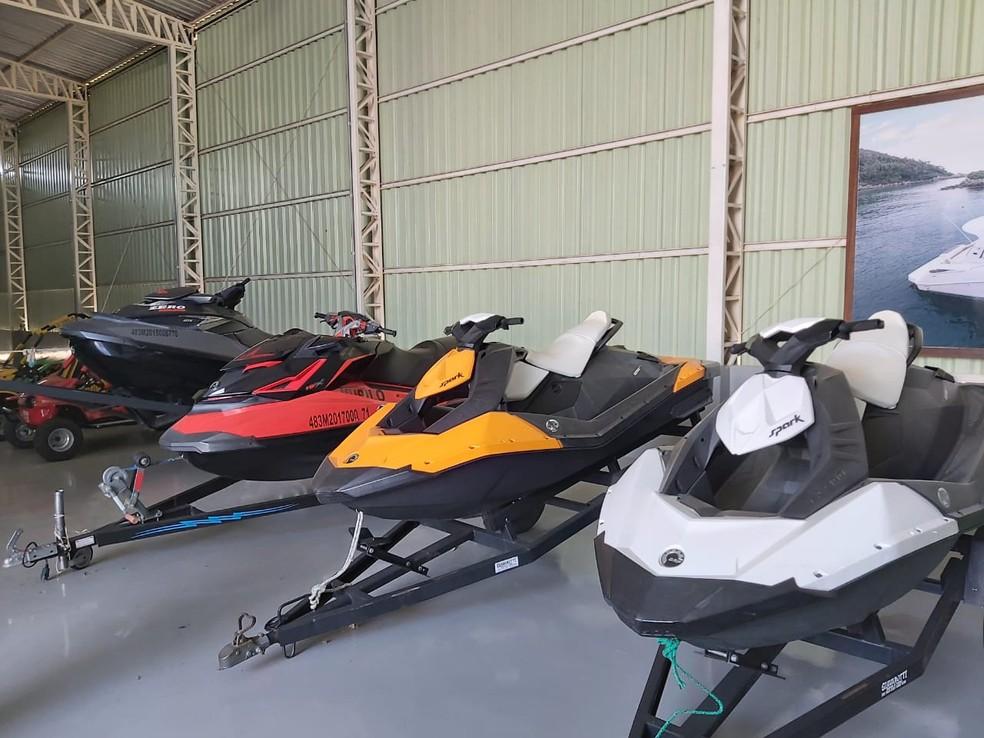 Jet skis apreendidos com o grupo suspeito de tráfico e lavagem de dinheiro — Foto: PF/Divulgação