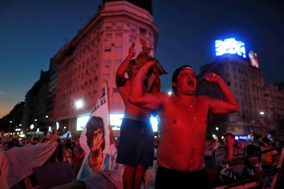Multidão saiu às ruas de Buenos Aires para chorar a morte de Diego Maradona — Foto: Agustin Marcarian/Reuters