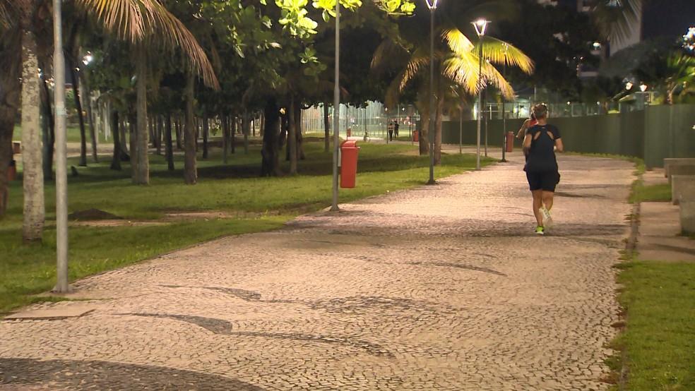 Pessoas usam praça para prática de exercícios físicos, no ES  — Foto: Manoel Neto/ TV Gazeta