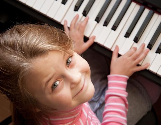 Criança tocando piano (Foto: Shutterstock)