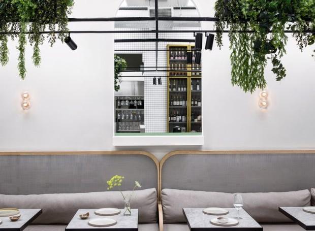 As plantas no interior fazem com que o visitantes sintam-se em uma refeição ao ar livre (Foto: Dezeen/ Reprodução)