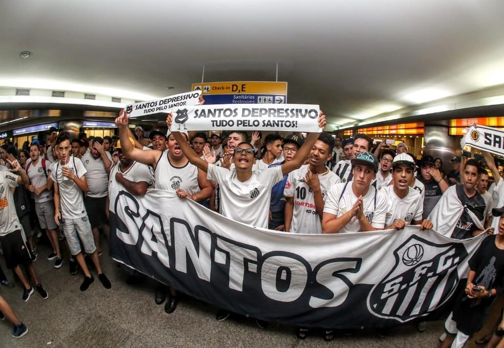 Torcida do Santos fez a festa no Aeroporto de Guarulhos — Foto: Rodrigo Coca/Santos FC