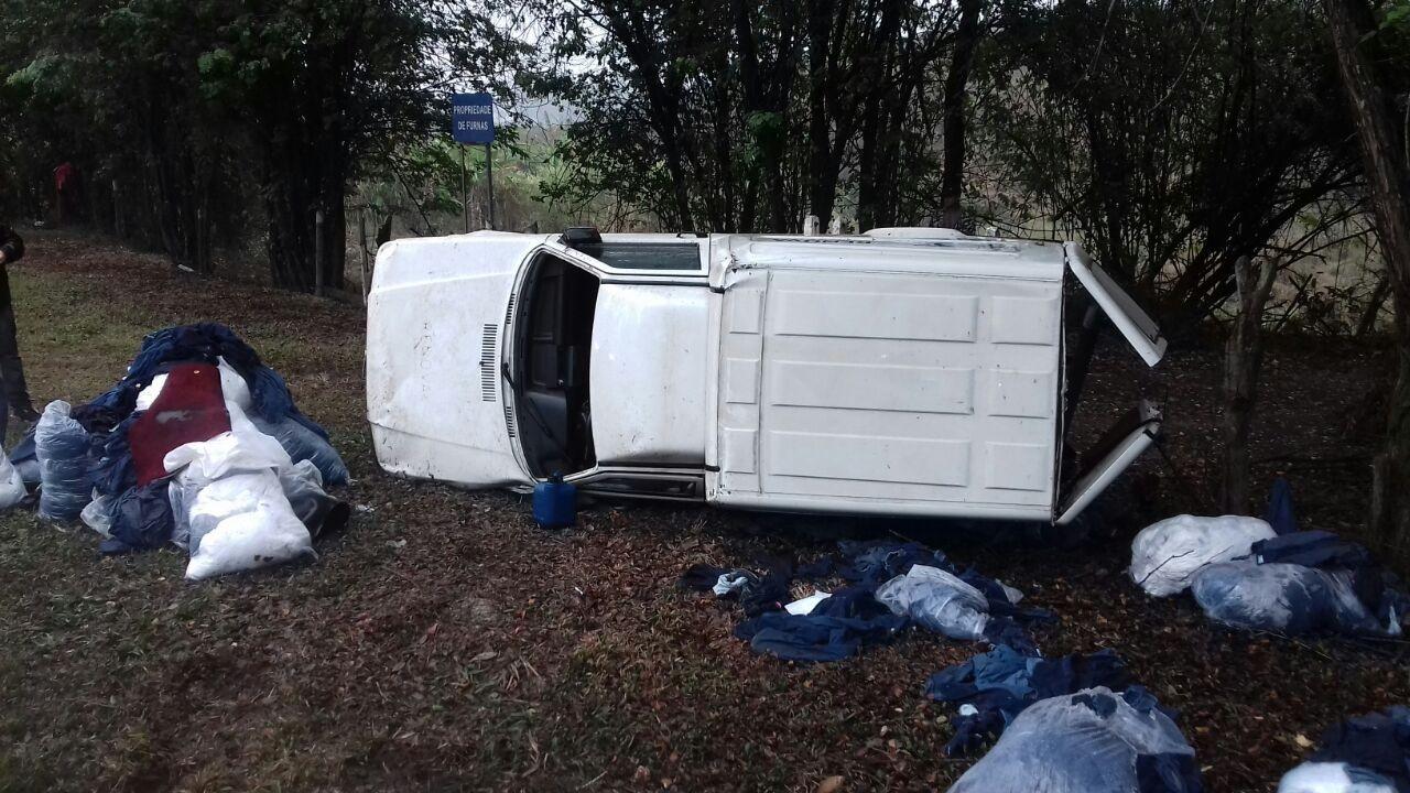 Homem dirige alcoolizado e capota com o carro na Dutra, em Itatiaia, RJ