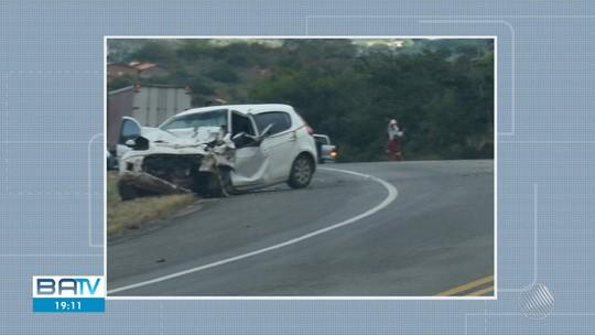 Mulher morre e 14 pessoas ficam feridas após batida frontal entre van e carro no sudoeste da Bahia