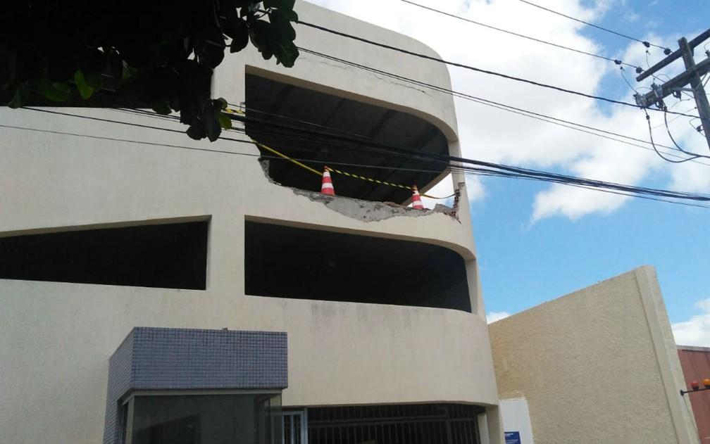 Veículo derrubou a parede do segundo pavimento e despencou, caindo de cabeça para baixo — Foto: Madalena Braga/TV Subaé