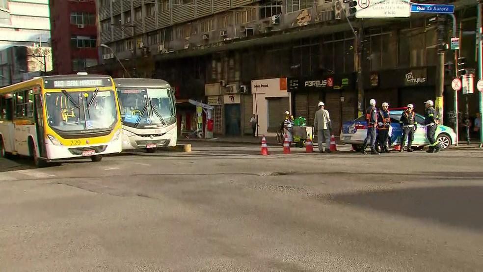 Esquina da Rua da Aurora com Avenida Conde da Boa Vista, no sentido Derby, foi bloqueado na manhã desta terça-feira (2) — Foto: Reprodução/TV Globo