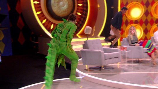 'Gonga La Gonga': gravação de novo quadro tem Cauã Reymond fugindo de 'dragão' no palco
