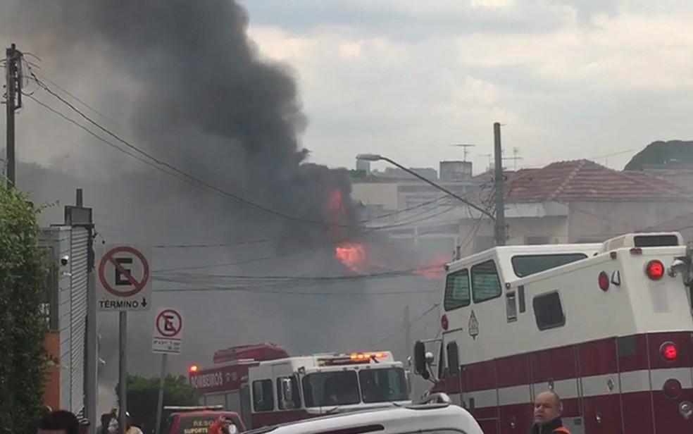 Fogo após queda de aeronave na Zona Norte de São Paulo — Foto: Daniel Rodrigues/TV Globo