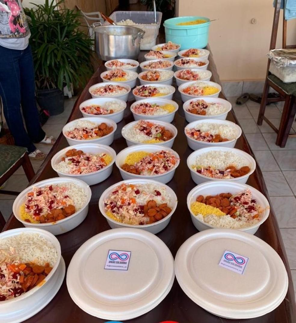 Grupo União Solidária também entrega marmitas para os moradores carentes — Foto: Divulgação/União Solidária