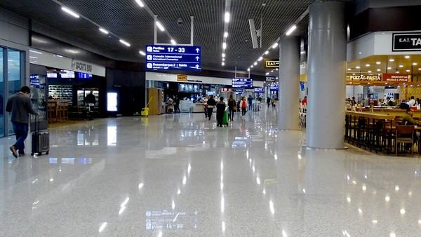 Mais um voo com brasileiros deportados dos EUA pousou em Confins ...