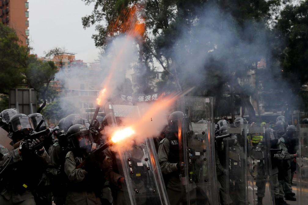 Polícia lança bombas de gás lacrimogêneo contra manifestantes em Hong Kong — Foto: Tyrone Siu/Reuters