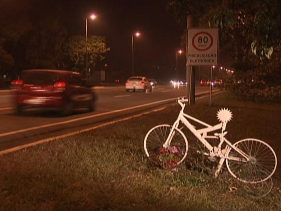 Homenagem no Eixão ao ciclista Pedro Davison — Foto: TV Globo/Reprodução