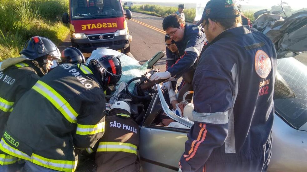 Bombeiros tiveram que cortar parte do carro para retirar a vítima (Foto: Corpo de Bombeiros/ Divulgação )