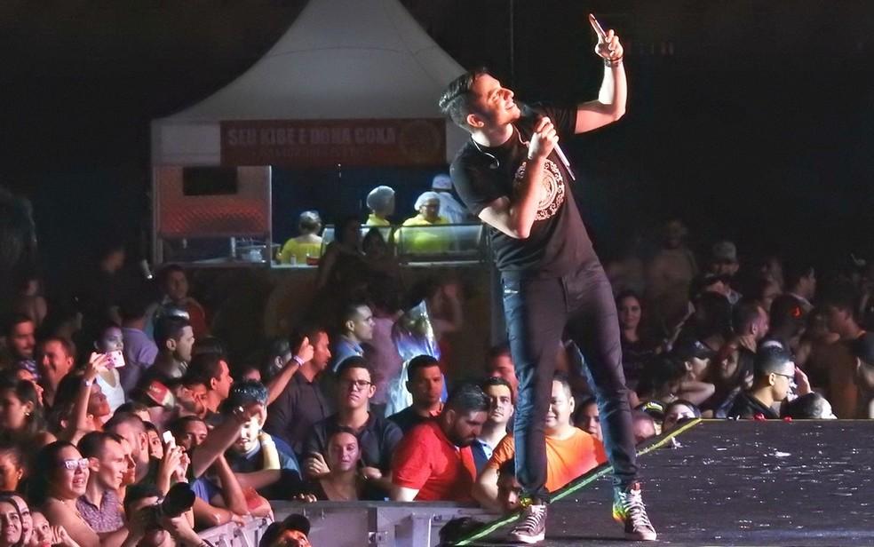 Cantor Jonas Esticado faz show no São João 2018 de Campina Grande, nesta quarta-feira (20), no palco principal do Parque do Povo (Foto: Ive Rylo/G1/Arquivo)