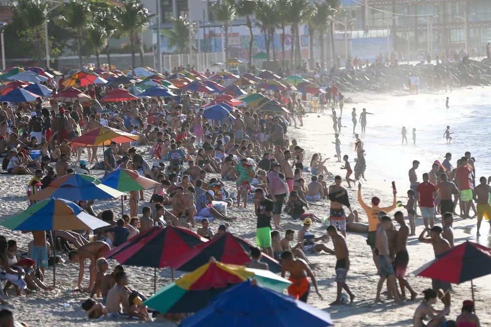 Lotação na orla da Praia de Iracema, em Fortaleza. — Foto: SVM