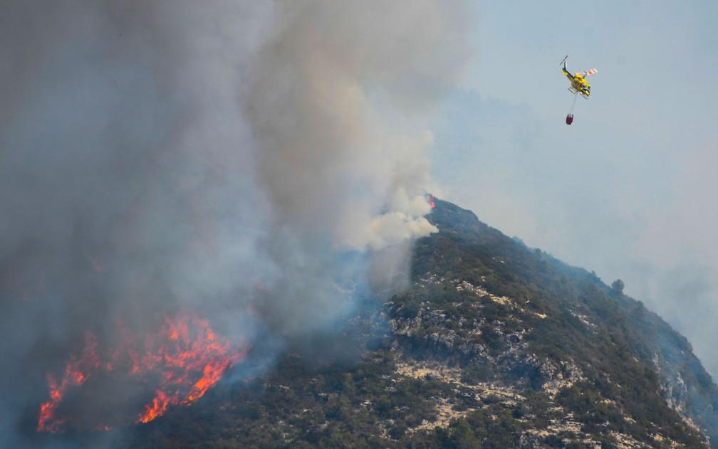 -  Helicóptero ajuda no combate a incêndio florestal em Pinet, na região de Valencia, na Espanha, no dia 7 de agosto  Foto: José Jordan/AFP