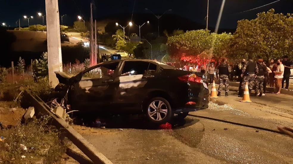 Carro bateu em poste e pegou fogo depois de ser perseguido pela PM na noite desta segunda-feira (22) — Foto: Sérgio Henrique Santos/ Intertv Cabugi