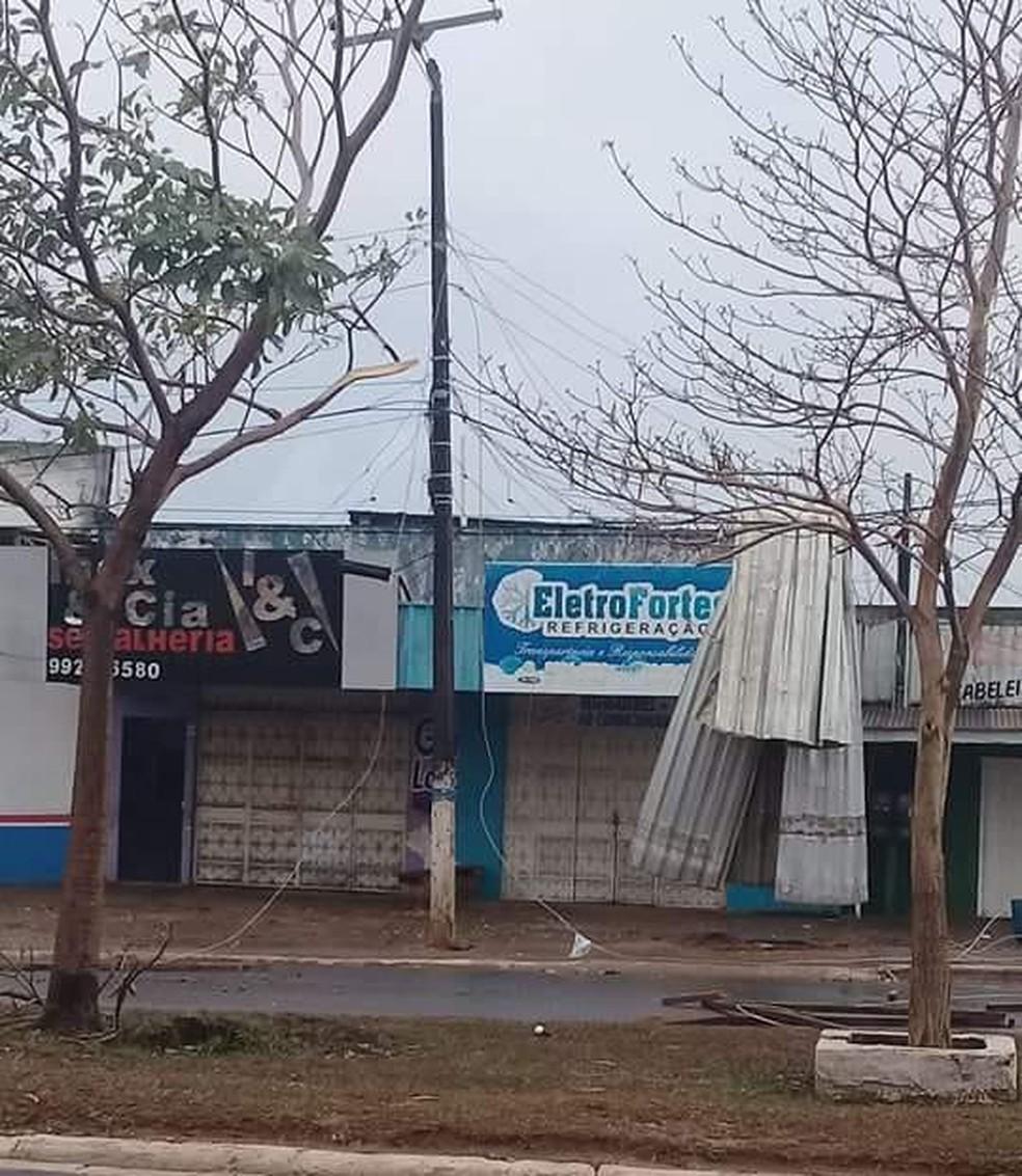 Telhados de estabelecimentos foram arrancados (Foto: WhatsApp/Reprodução)