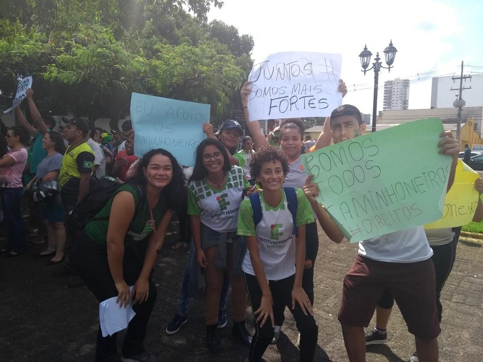 Estudantes marcharam da Avenida Rio Madeira até a Praça das Três Caixas D'Água em apoio ao protesto (Foto: Toni Francis/G1)