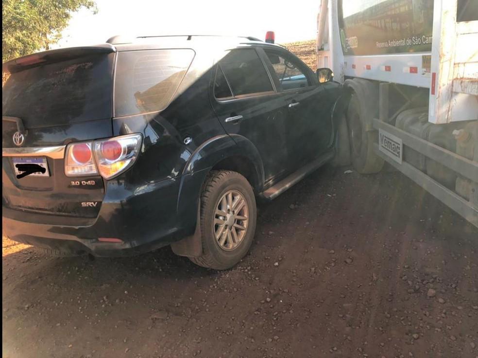 Carro da polícia bateu em caminhão de lixo durante perseguição, em Palotina. — Foto: Divulgação/PF