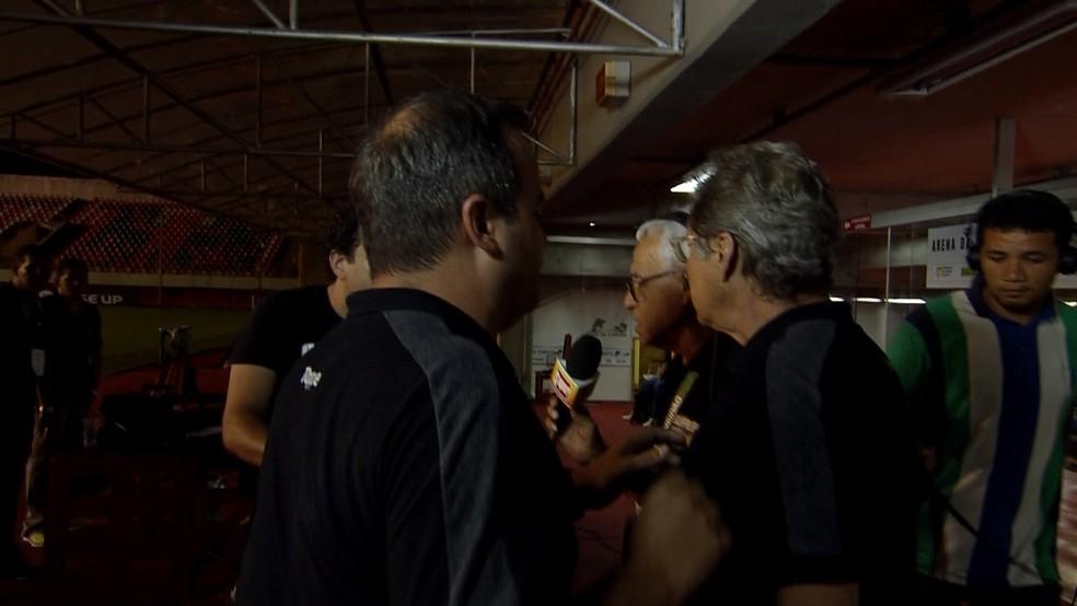 Oswaldo de Oliveirase se desentendeu com repórter durante coletiva na Arena da Floresta (Foto: Reprodução/TV Globo)
