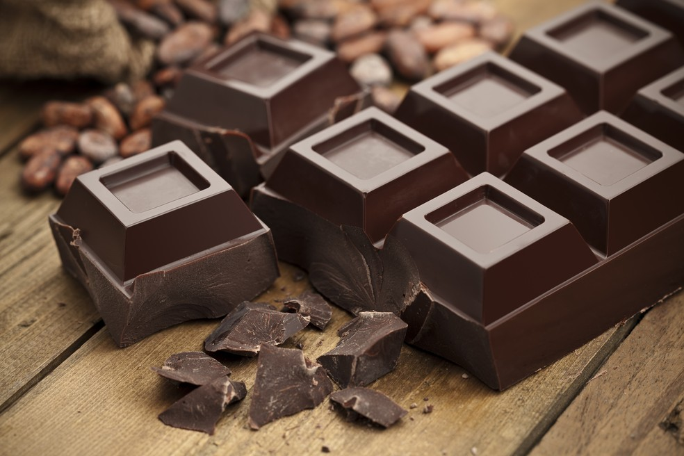 É possível adicionar pedaços de chocolate amargo à mistura com banana, cacau e água ou leite vegetal — Foto: IStock Getty Images