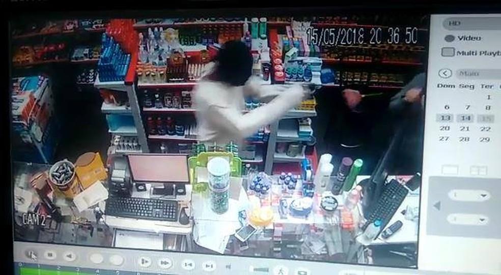 -  Vídeo ajuda a identificar dupla suspeita de roubar farmácia no Bairro Grama em Juiz de Fora  Foto: Reprodução / G1