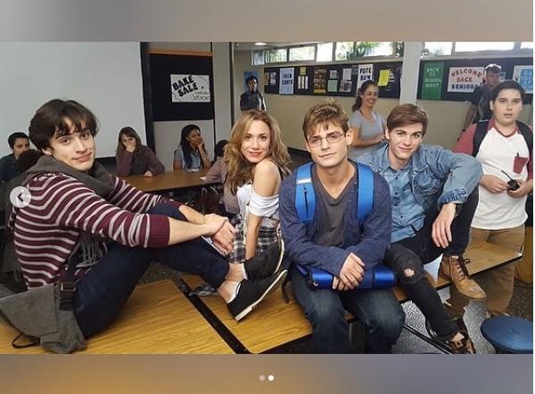 O ator Garrett Clayton com seus colegas de elenco do drama Reach (Foto: Instagram)