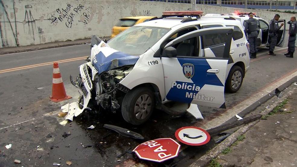 Viatura ficou completamente destruída com o acidente — Foto: Reprodução/ TV Gazeta