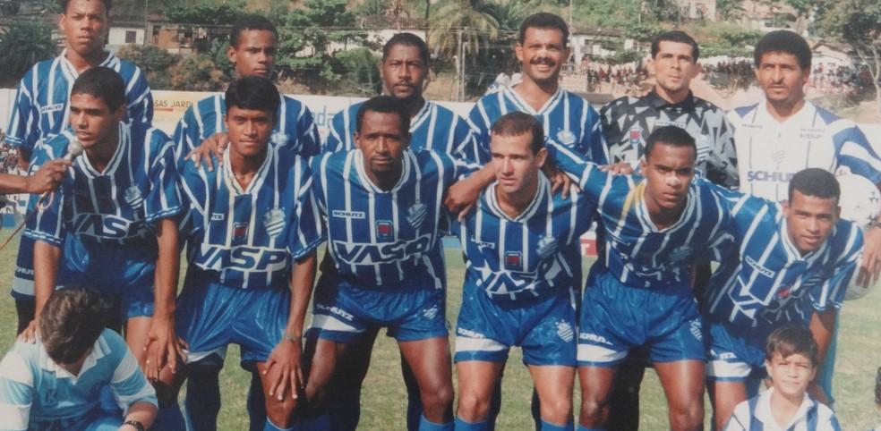 Adriano Gabiru (segundo agachado da esq para dir) no CSA de 1997 — Foto: Museu dos Esportes de Alagoas