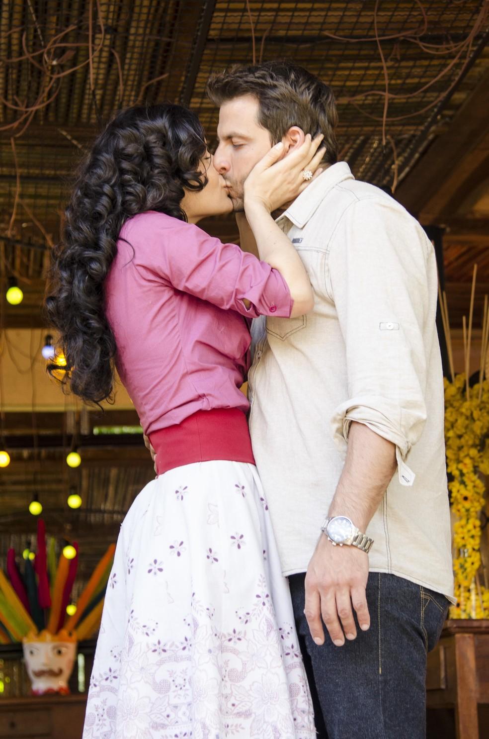 Cassiano (Henri Castelli) e Cristal (Moro Anghileri) se beijam, em 'Flor do Caribe' — Foto: TV Globo/Raphael Dias