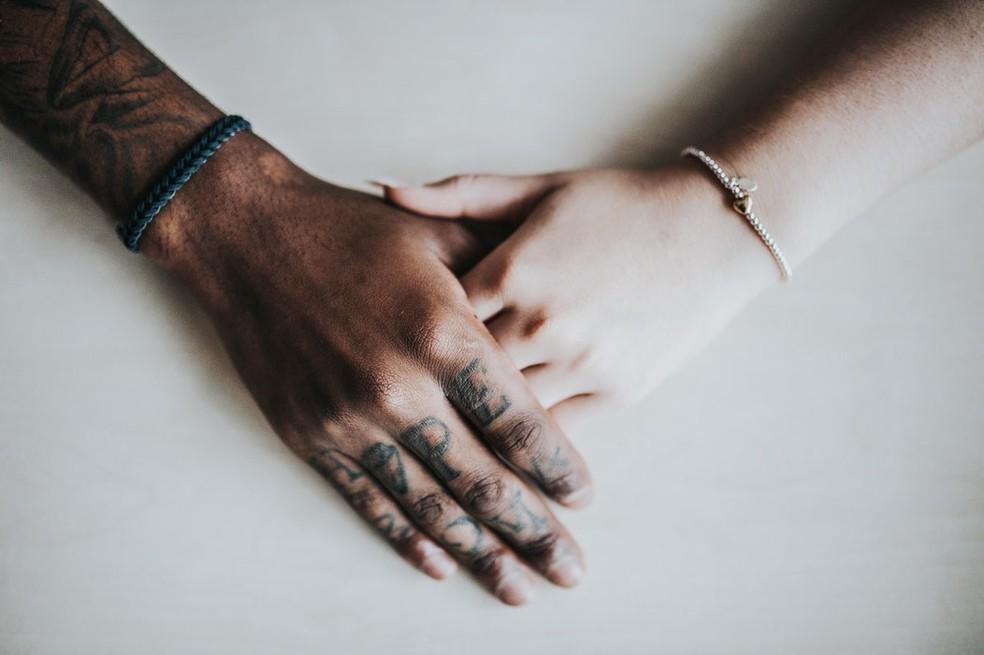 O casal pode tocar um ao outro enquanto cada um se concentra em suas percepções e sua sensualidade. — Foto: Unsplash