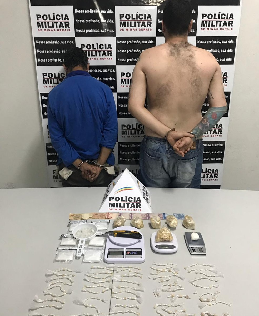 """Suspeitos de envolvimento em esquema """"disque-drogas"""" foram presos em Itajubá (MG) — Foto: Polícia Militar"""
